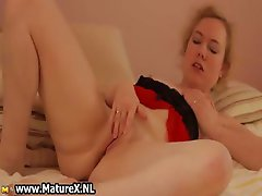Horny mature woman is wanking her pussy