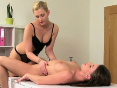 Female agent makes brunette cums in casting