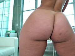 Big booty babe does splits on a hard meat baka