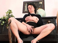 Older mature mom gaping pussy then stuffing her hairy pussy